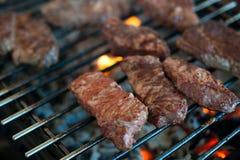从使有大理石花纹的小牛肉的水多的牛排在格栅被烤 特写镜头 免版税库存照片
