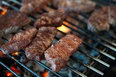 从使有大理石花纹的小牛肉的水多的牛排在格栅被烤 特写镜头 库存照片