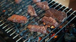 从使有大理石花纹的小牛肉的水多的牛排在格栅被烤 免版税库存照片