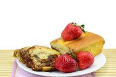 使有大理石花纹的松糕和草莓 免版税库存图片