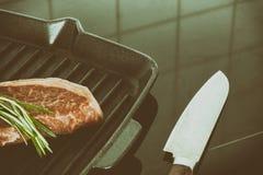 使有大理石花纹的牛肉牛排  库存图片