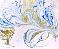 使有大理石花纹的蓝色、白色和金抽象背景 液体大理石样式 库存照片