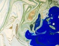 使有大理石花纹的蓝色、绿色和金抽象背景 液体大理石样式 库存照片