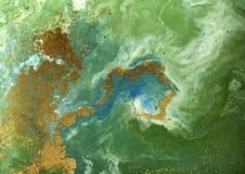 使有大理石花纹的绿色和金黄抽象背景 液体大理石样式 图库摄影