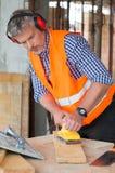 使板条光滑的木匠 免版税库存照片