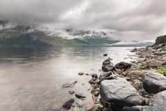 使模糊在山和海湾苏格兰高地的在镭以后 库存图片
