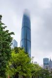 使模糊在摩天大楼在广州市在雨中 免版税库存图片