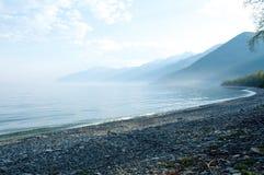使模糊在贝加尔湖春天日出石海滩 免版税库存照片