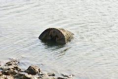 使死水泥、泥背景和背景靠岸 免版税库存照片