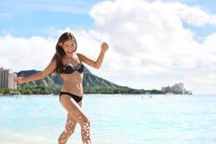 使比基尼泳装的妇女靠岸在威基基,奥阿胡岛,夏威夷 库存照片