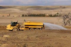 使水喷雾器光滑的土堤 免版税库存照片