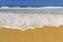 使波浪靠岸 免版税图库摄影