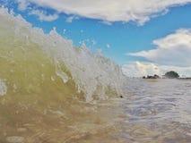 使波浪靠岸 免版税库存照片