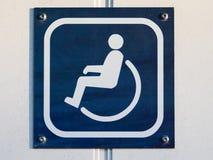 使洗手间或WC标志失去能力在门在蓝色和白色 免版税库存图片