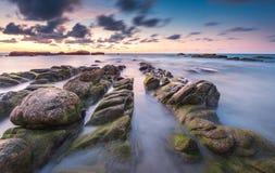 使测深索岩石和日落云彩环境美化照片  库存照片