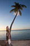 使海岛长的波里尼西亚sundress tikehau热带妇女年轻人靠岸 波里尼西亚 库存照片