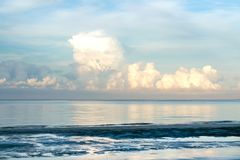 使海岸塞浦路斯地中海沙子石头夏天海浪靠岸 空的海和海滩 库存图片
