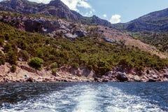 使海岸塞浦路斯地中海沙子石头夏天海浪靠岸 背景拼贴画图象本质旅行 免版税库存照片