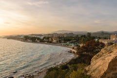 使海岸线肋前缘布朗卡, Villajoyosa,西班牙环境美化 免版税图库摄影