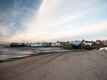 使海滨人行道在距离海滩的房子行环境美化 库存照片
