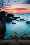 使热带美好的日落靠岸 库存照片