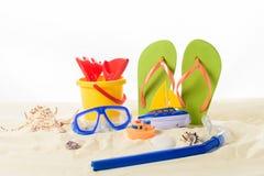 使玩具和触发器靠岸与潜水面具在沙子 库存照片