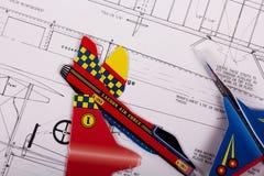 使玩具航空器准备好飞行与指示 免版税库存图片