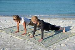 使瑜伽靠岸 图库摄影