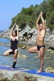 使瑜伽靠岸 免版税图库摄影
