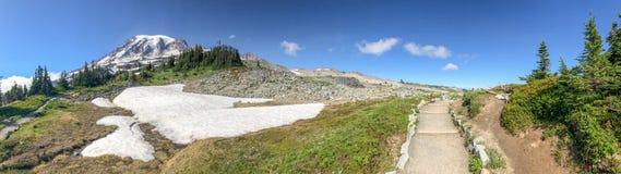 使瑞尼尔山风景惊奇全景在夏天海 免版税图库摄影
