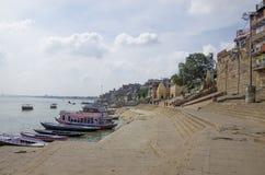 使瓦腊纳西帮会河环境美化印度堤防城市 免版税库存图片
