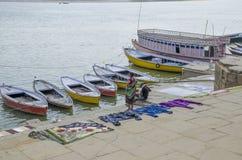 使瓦腊纳西帮会河环境美化印度堤防城市 免版税图库摄影
