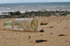 使瓶沿海示例玻璃污染遭受的区域靠岸 免版税图库摄影