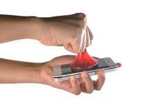 使用一个专业真空手机的技术员's屏幕 库存照片
