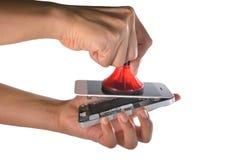 使用一个专业真空手机的技术员's屏幕 免版税库存照片