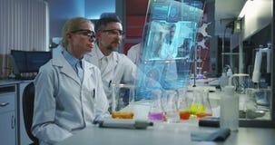 使用一个全息照相的显示屏的科学家 股票视频