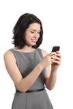 使用一个巧妙的手机的年轻女商人 免版税库存照片