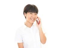 使用一个巧妙的电话的女孩 免版税库存照片