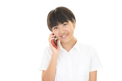 使用一个巧妙的电话的女孩 免版税库存图片