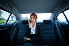 使用一个巧妙的电话的妇女 免版税库存图片