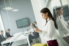 使用一个手机的现代女商人,当商人时 库存照片