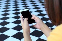 使用一个智能手机的妇女有黑屏的,通讯技术概念 库存照片