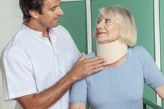 使用一个矫形脖子的妇女 免版税库存图片