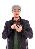 使用一个移动巧妙的电话的年轻人 库存图片