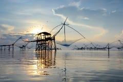 使用一个竹方形的垂度的剪影传统渔捞方法 免版税库存照片