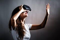 使用一个虚拟现实耳机的妇女 免版税图库摄影