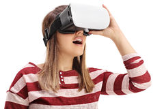 使用一个虚拟现实耳机的少妇 免版税库存图片
