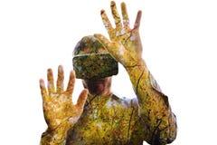 使用一个虚拟现实设备的人的综合图象 免版税库存图片