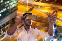 使用一个虚拟现实设备的人的综合图象 免版税库存照片