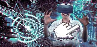 使用一个虚拟现实设备的妇女的综合图象 库存照片